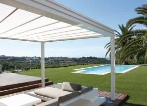 Pose d'une pergola dans un jardin avec piscine
